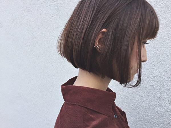 サラサラの髪質とワンカールで、シンプルに女性らしく仕上げたスタイルですね。さりげないイヤリングで、さらにこなれ感をアップさせて。