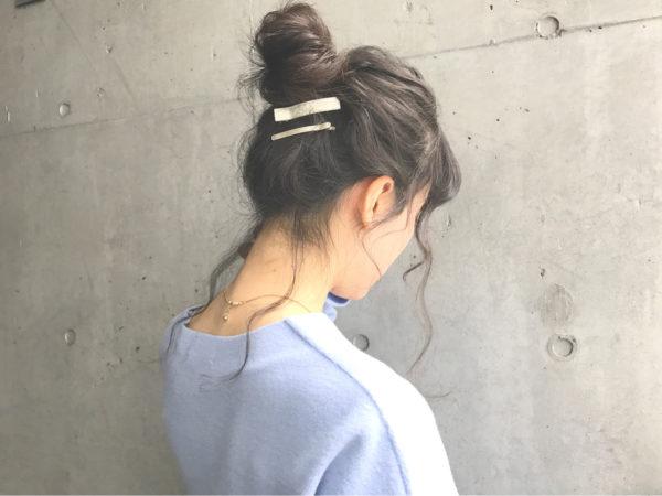 左右の襟足二か所だけつまんで後れ毛を出して、きちんと感を残すスタイル。フェイスラインに沿って少し垂らすと小顔に見えますね。