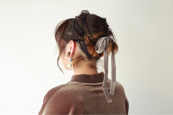 結び目と髪の毛全体的にヘアバンドのように紐を巻きつけたスタイル。結んだリボンがゆれておしゃれ!崩れにくいのもGOOD!