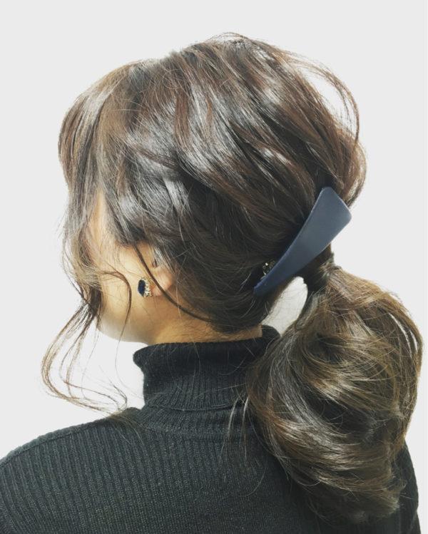 ヘアアクセサリーはシンプルな形を選ぶことで大人な魅力をプラス♡シンプルなヘアアレンジがキュートです。