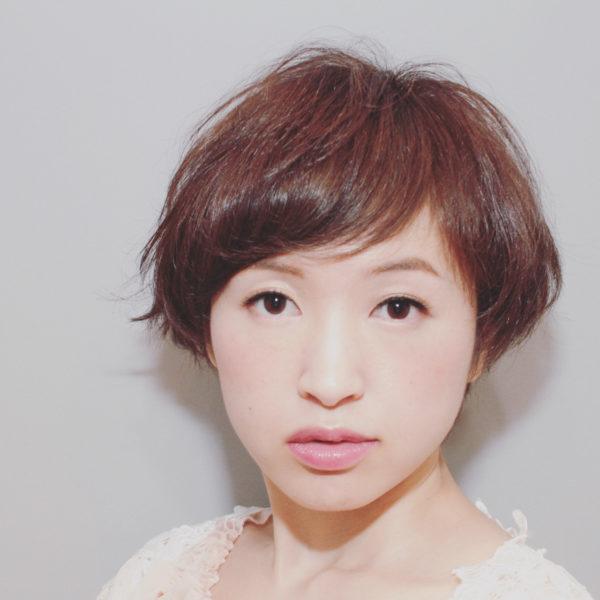 丸みが大人の女性らしいスタイルです。ななめにながれている前髪が落ち着いた雰囲気をかもしだしています。