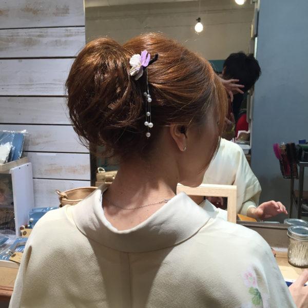 しだれ風にゆれるパールモチーフが素敵なかんざしですね。ポニーテール調のシニョンと合わせて遊び心のある和装のヘアスタイルを。