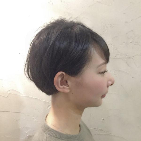 ショートマッシュを耳にかけることですっきりした印象の小顔効果も期待できます。