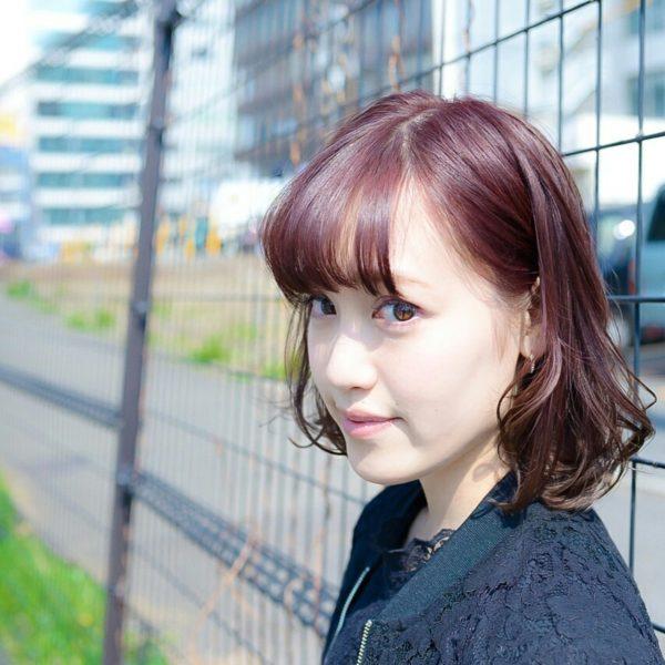 柔らかな髪質を持つ女性向けですね。ボブにコテで巻いて動きをつけています。カラーは赤みがかった色を選んでいるようです。