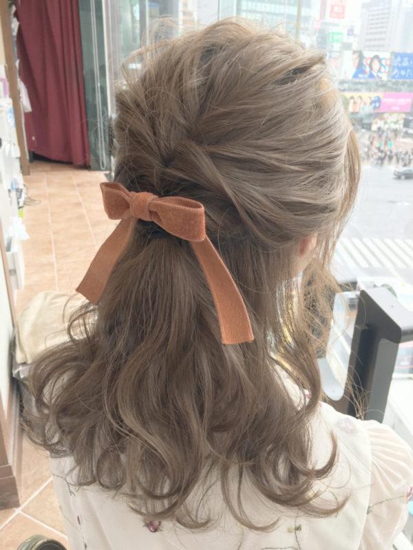やんわりとゆるく編み込みしたアレンジにお気に入りのリボンをつけて、女の子らしさをアップしたヘアスタイルです。