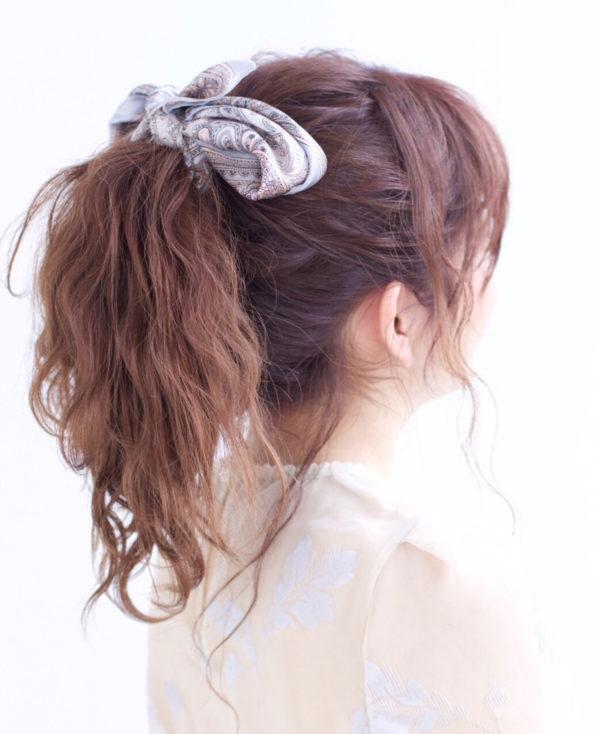 パーマやカラーでゆるふわなガーリースタイルなヘアスタイル。後れ毛はアップした髪をさらに長く見せて女性らしくなります。
