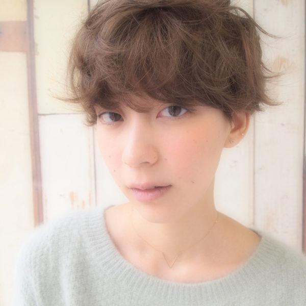 柔らかな雰囲気のマッシュショート。前髪に重みを持ってきて、くせ感を強調してみよう♪