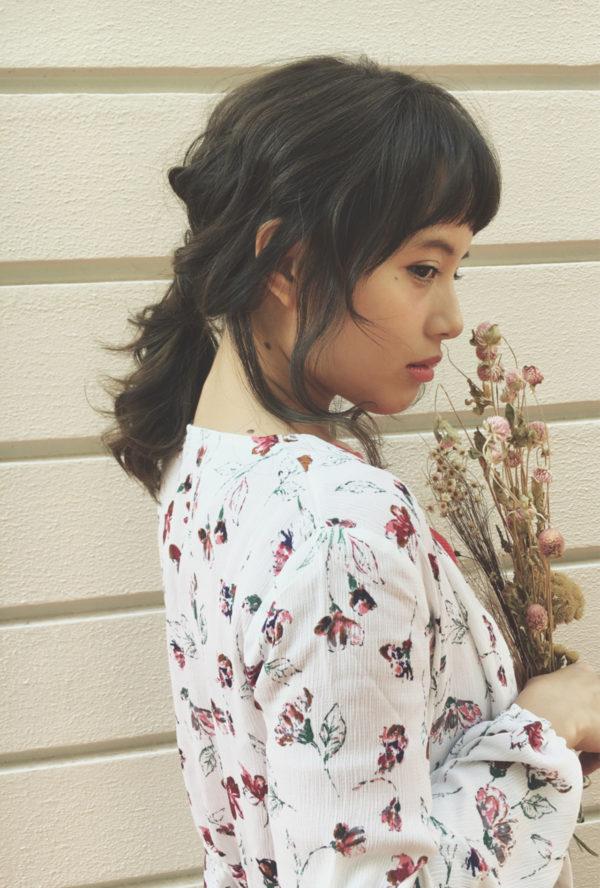 横の髪を少し残してサイドに寄せて一つにまとめ、襟元をちらっと見せる女性の色っぽさがキュートです。