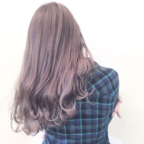 赤系は光を通しにくくなります。アッシュ系はその赤みをくすましてくれるので光を通しやすい髪の毛にしてくれるわけですね。