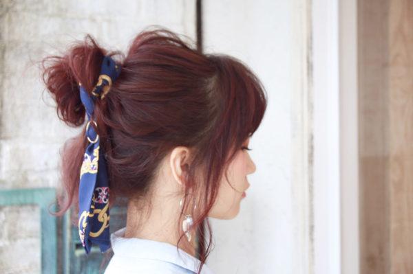 スカーフでまとめてお団子を崩したヘアスタイルはリラックススタイル。ブルーのスカーフが綺麗に映えます。