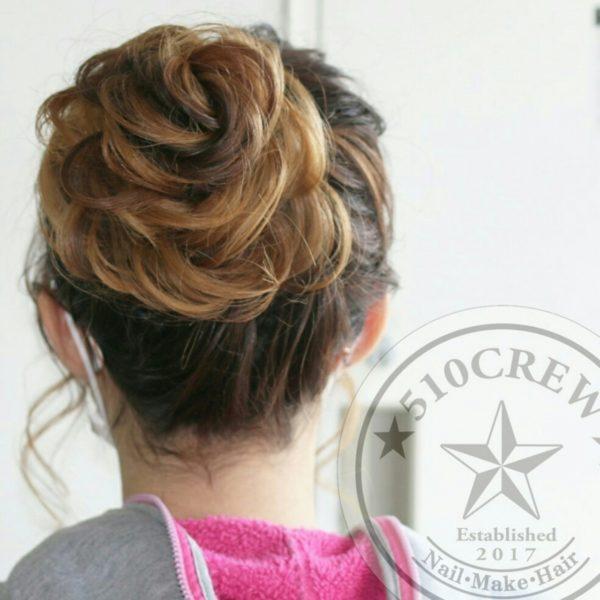 髪の長さに合わせて、キレイに編み込むことでこんなに可愛らしいお花のおだんごヘアも可能!グラデーションならではのヘアアレンジですね。