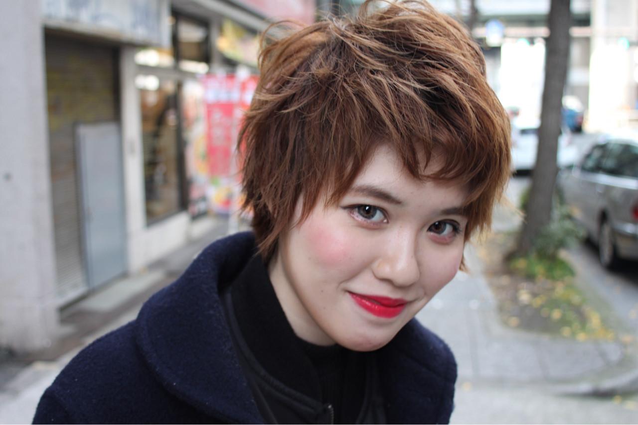 外ハネがキュートな外国人ヘアスタイルは、目元がやさしく見えますね。モードヘアだけど親しみやすいです。