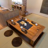 掘りこたつ風テーブルはお部屋を広く見せてくれて便利!床に近いので気分が落ち着くこと間違いなし♪