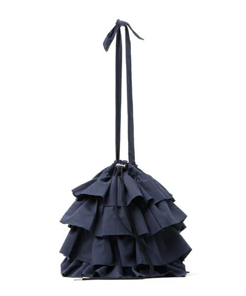 Casseliniの人気バッグ「フリルトート」。その可愛らしいデザインはもちろんのこと、200gという軽さと巾着型で出し入れのしやすさがその人気の理由です。こちらの商品はZOZOTOWN限定、別注カラーのネイビー。ベーシックな色と素材感は様々なコーディネートに活用できます。