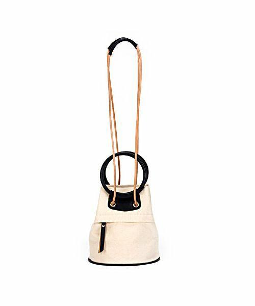 キャンパス地のショルダータイプのミニバッグ。ハンドルのデザインやバイカラーのデザインが可愛らしいバッグです。カジュアルなスタイルにぴったりなショルダーバッグです。