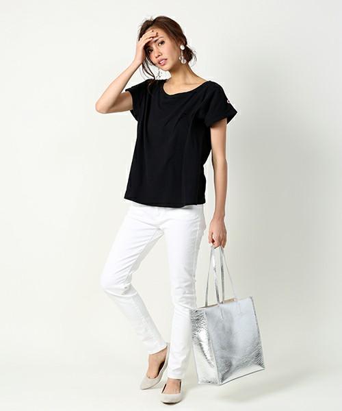 シンプルなモノトーンコーデにメタリックバッグを合わせれば、シックでカジュアルな着こなしになります♪足元はシンプルなフラットシューズで決めすぎず抜け感を作って。