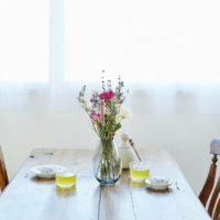 テーブルに華やぎをそっと♡花や緑を飾ってうるおいのある食卓に