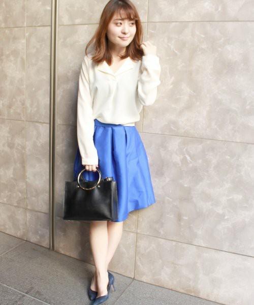 オフィスシーンで出番の多い膝丈スカートも、こんな鮮やかカラーなら気分も一新できちゃいます!