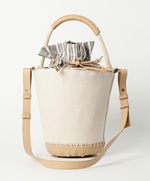 キャンバス地とラタンを使った、2017年春夏のトレンドのバケツバッグです。ショルダーは取り外し可能で2WAY使用が可能です。また、バッグの口は巾着タイプなの、サイズ感と合わせて使いやすさも抜群のバッグです。