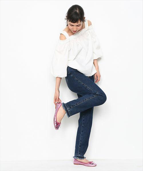 ピンクのメタリックシューズを使えばガーリー感UP♡いつものノーマルシューズからチェンジするだけで、シンプルなホワイトのオフショルトップスも甘く大人っぽく着こなせます♪