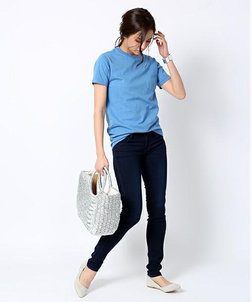 夏にぴったりなスカイブルー×デニムの着こなしにメタリックなカゴバッグを合わせてモードカジュアルに着こなして♪バングルにもメタリックなものをチョイスすれば、コーデに統一感が出ますね!