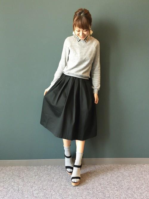 黒のフレアスカートとグレートップスを合わせた落ち着いた大人かわいいコーディネート。足元は、黒サンダルにグレー靴下を合わせてコーデに統一感を出しています◎さりげなく見えるギンガムチェックの襟がかわいいですね♡