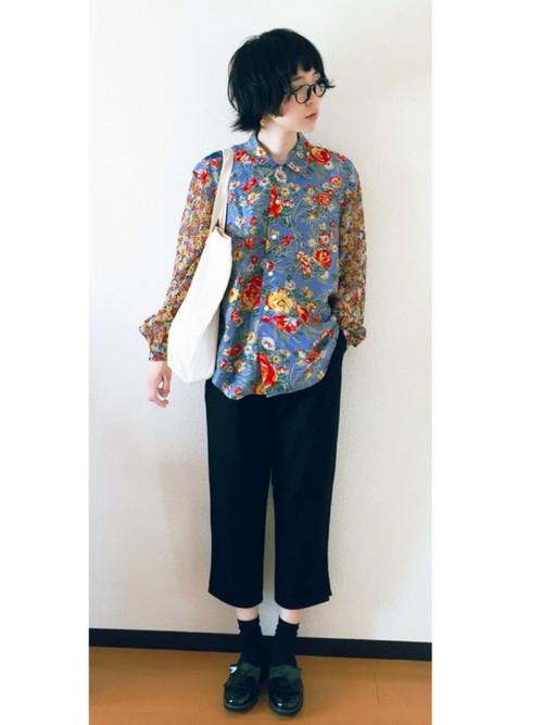 半端丈のすとんと落ちたパンツは中性的な魅力がいっぱい。身頃と袖で異なるフラワープリント&素材を用いたブラウスを合わせてアンニュイな雰囲気が漂っています。