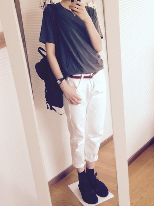 黒靴下と黒サンダルを合わせた足元は、白パンツを使ったコーデにピッタリですね!Tシャツやリュックも黒系なので、白パンツがきれいに映えています◎