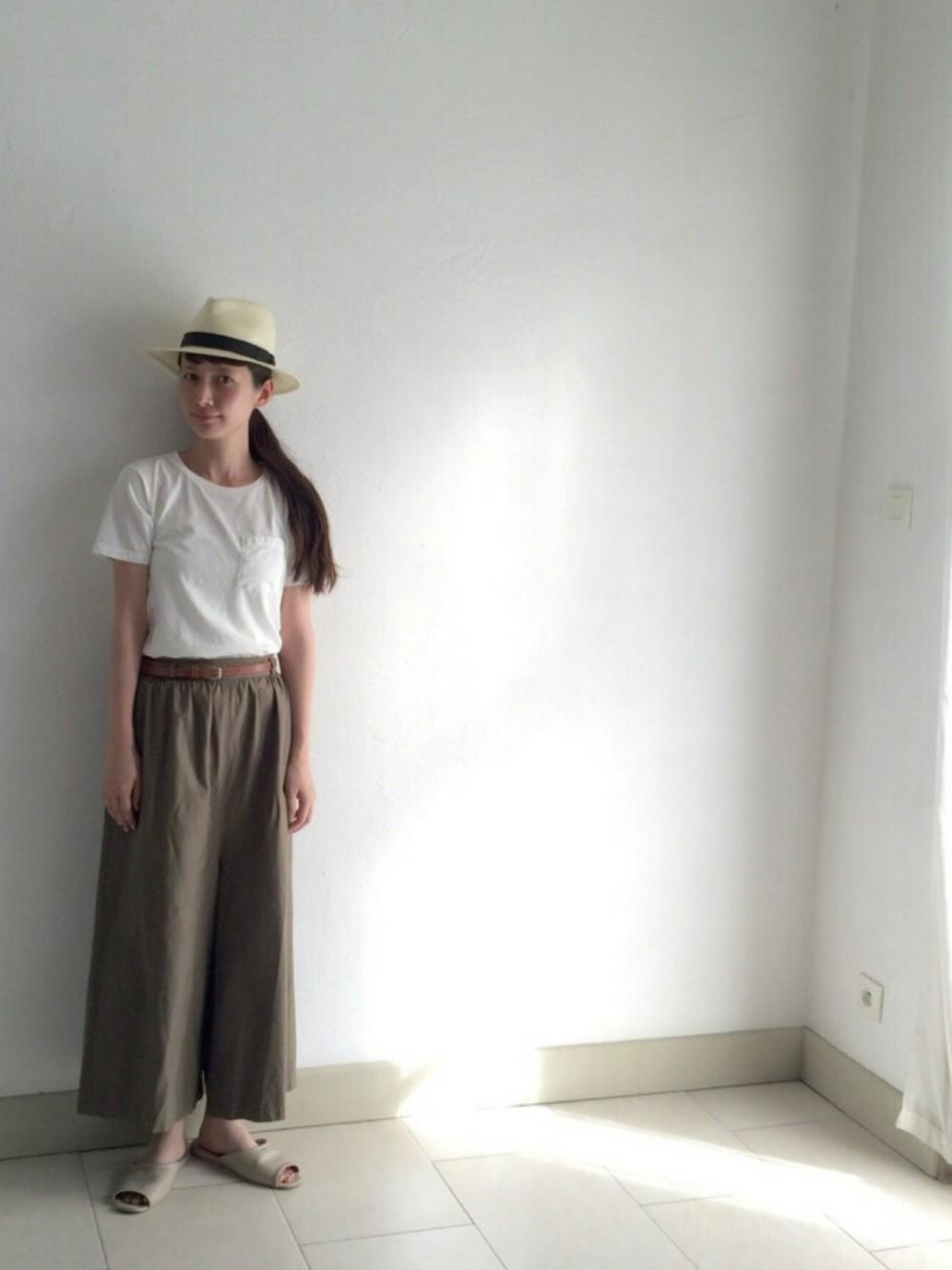 Tシャツ&パンツの素材感が優しさの漂うスタイルに。落ち着いた大人カジュアルコーディネートです。