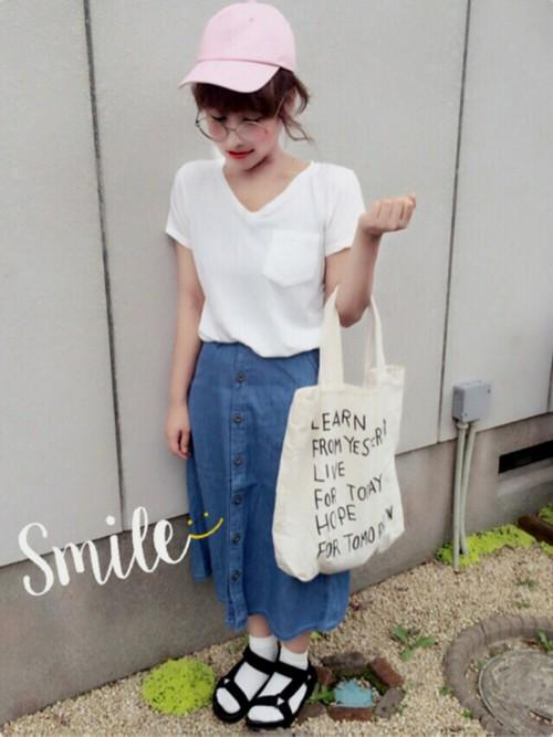 デニムスカートに白Tシャツのシンプルなコーディネート。おしゃれポイントは、メガネとピンクのキャップです!靴下×サンダルも、トレンド感があっておしゃれ◎