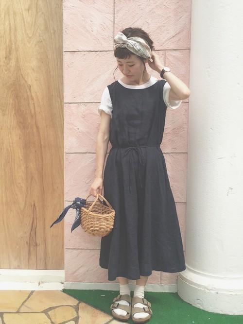 シンプルな黒ワンピのコーディネートも、サンダル×靴下でおしゃれ感アップ☆ベージュのサンダルなら、黒ワンピに柔らかさをプラスしてくれますね!