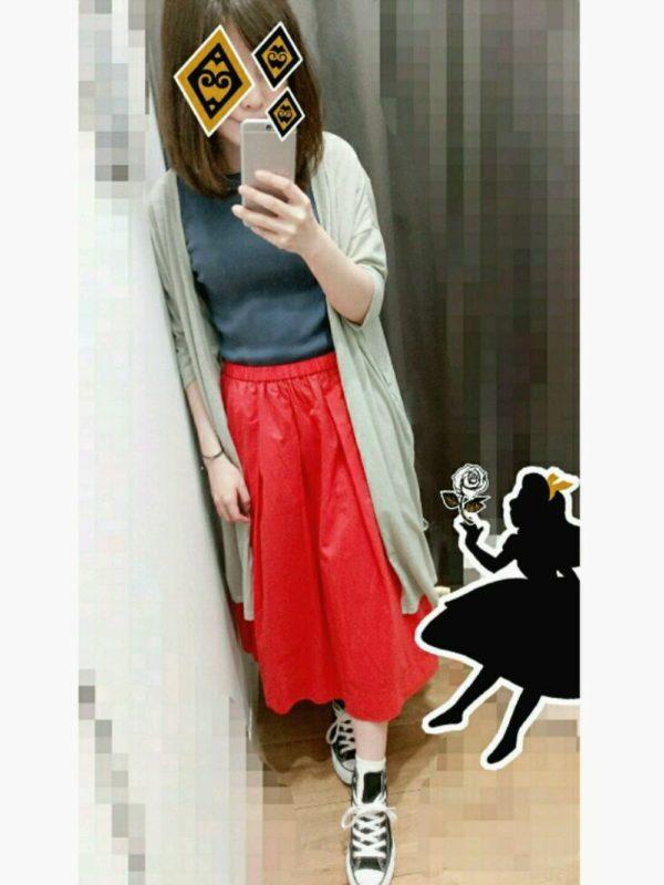 ネイビーブルーのトップスがレッドスカートとの相性も◎キレイな色合いが印象的なコーディネートです。