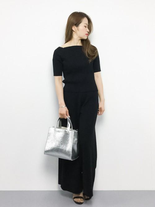 シンプルなブラックのワントーンコーデにメタリックバッグを合わせることで、一気に華やかな着こなしに♪女度の上がる華奢なネックレスで上品な印象をプラスして。
