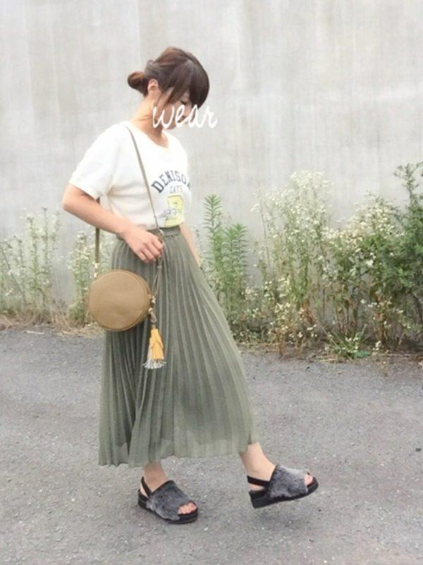 夏らしいグリーンスカートにTシャツを合わせてコーディネート。丸いポシェット使いでトレンド感もプラス!!