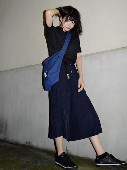 しわ加工やプリーツが施されたスカートはボリュームや丈感も素敵です。アイテムごとに墨や藍を思わせる異なるニュアンスの黒を合わせたオールブラックコーデにブルーのさし色が絶妙です。
