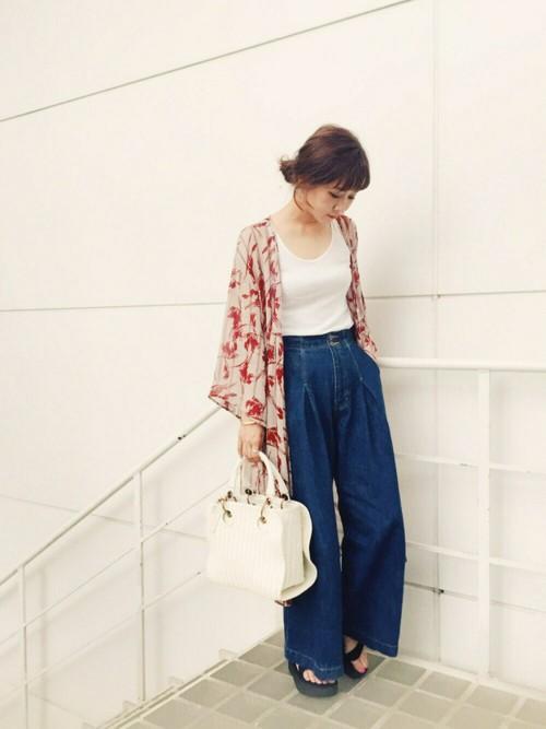 白T&白タンクトップ×デニムコーデには、花柄ガウンを羽織るのが断然今年っぽいです。青文字系読者モデルの田中里奈さんは、明るめレッド系のガウンをチョイス。ガウンを羽織るときもインナーはデニムにインが常識です。