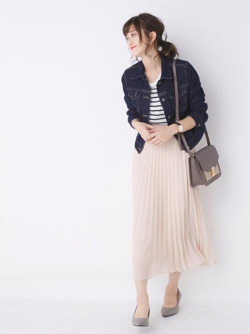 今やベーシックアイテムのプリーツスカートもユニクロでGET出来ます♪淡いピンクのスカートにアンニュイなグレーの小物をプラスして、大人可愛くまとめましょう♡