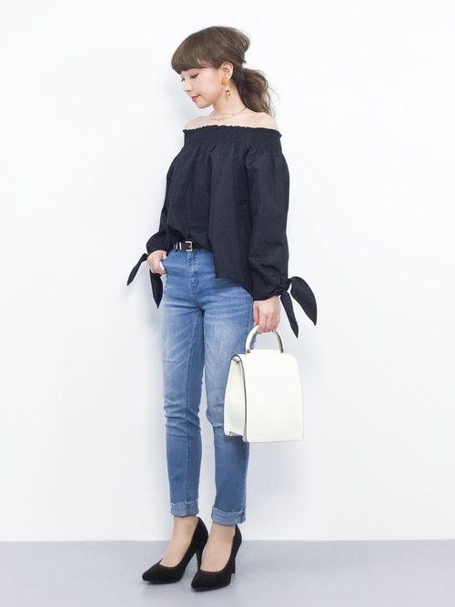 シンプルながらスタイリッシュで個性的なデザインのショルダーバッグです。ショルダーストラップを外してハンドバッグとしても使用可能です。シンプルなデザインはスタイリッシュからスタイリッシュなスタイルまですっきりとコーディネートしてくれます。