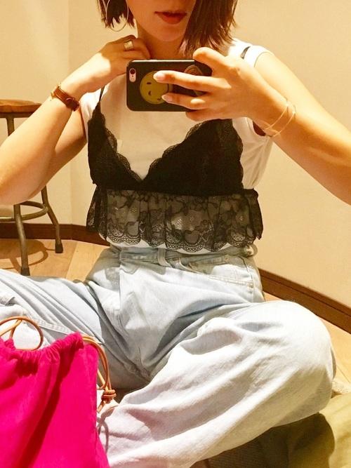 アイスブルーのデニムの、ショート丈の黒レースキャミソールを合わせた、ガーリーカジュアルなコーディネートです♡ショッキングピンクのバッグが、よりかわいらしさをプラスしてくれていますね♪