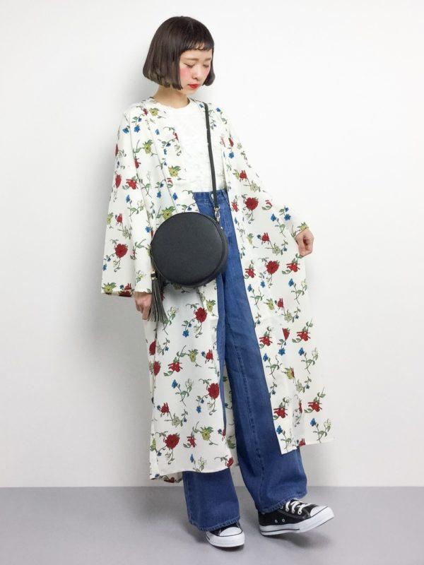 旬顔の花柄ロングカーディガンを使ったコーディネート♪ブラックのサークルポシェットはコーデにピッタリ!!女性らしいコーデに仕上げてくれるアイテムです。