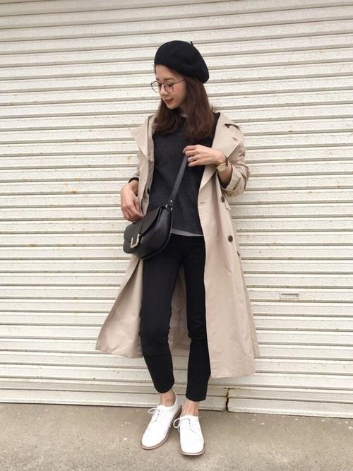 黒コーデに白スニーカーとベージュのトレンチを合わせたシンプルな大人女子コーデです。大人コーデにベレー帽がかわいい雰囲気をプラスしてくれていますね♡ベレー帽とメガネの組み合わせはハズレなしですね!