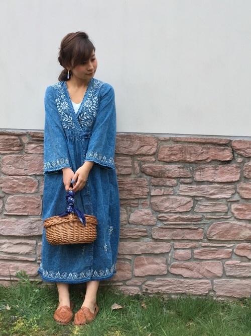 デニムに刺繍を施したフォークロア調のドレスなら一枚でインパクトがありますね。刺繍の色が白に統一されているのでしつこくなりすぎず、かごバッグや味のあるミュールを合せてホーボースタイルの完成です。