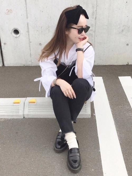 黒デニムに白のスキッパーシャツで大人っぽくまとめたコーディネートは、ローファーを合わせて大人カジュアルな仕上がりに!キャミソールや大きなリボンが、大人っぽいコーデにガーリーな要素をプラスしてくれています♡