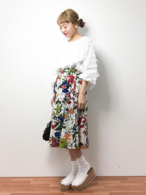 華やかなデザインのボタニカル柄スカートは、白アイテムと合わせればきれいに映えます☆足元はサンダル×靴下ですが、白サンダルに白靴下の組み合わせで、シンプルながらもおしゃれな足元に♡