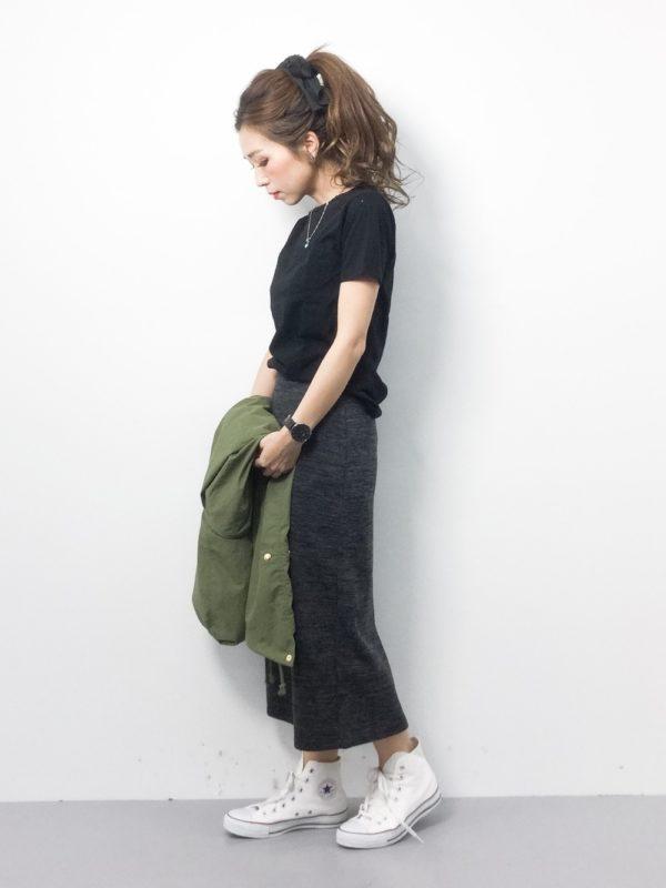 ブラック&グレーのコーディネートにホワイトスニカーをプラスして軽やかさを演出。Hanes(ヘインズ)Tシャツはゆるっと感も◎