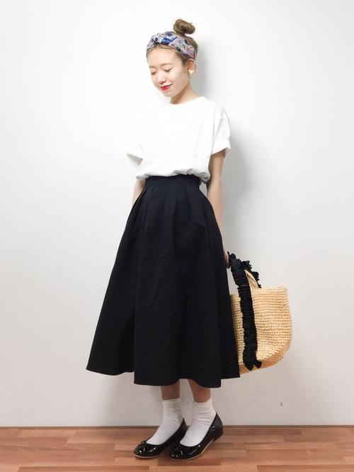 こちらはフレアスカートと合わせたコーディネートです。バンダナが挿し色になってこなれ感が出ていますね。