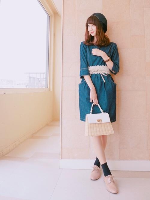 こちらのワンピースもベルト次第で色々着まわしできそうですね。ベージュトーンで揃えた小物、特にクラシカルな雰囲気のバッグとシューズのおかげでとっても上品。