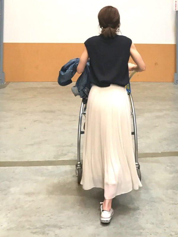 揺れ感のあるスカートは歩くたびに女性らしさの出るアイテムです。柔らかなスカートにブラックトップスでキチンと感もプラス
