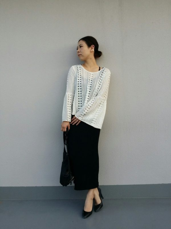 タイトスカート使いでシックな大人のスタイルに☆幾何学柄に見えるトップスがオシャレ度をアップしてくれます。