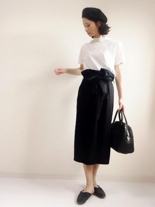 白Tと黒スカートの組み合わせがとってもおしゃれだということはご存知ですか?シンプルで女性らしいコーデが完成しますよ。ラップスカートとベレー帽も今年トレンドのアイテムです。